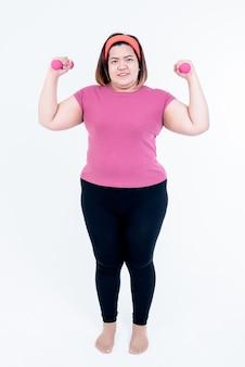 Donna grassa asiatica che si esercita con le posture di base