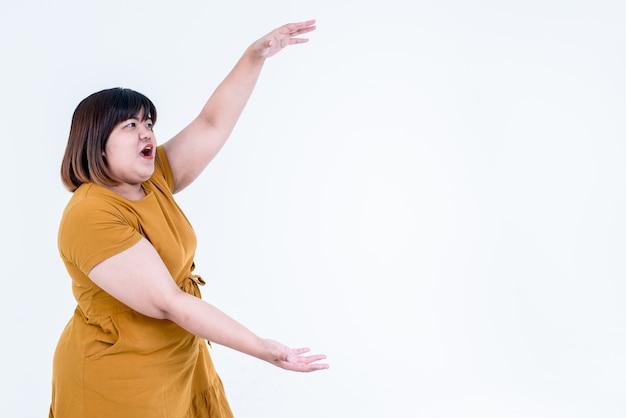 Donna grassa asiatica con le braccia aperte isolate