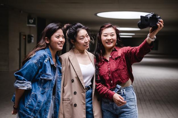 Blogger amiche asiatiche che creano contenuti per i social media