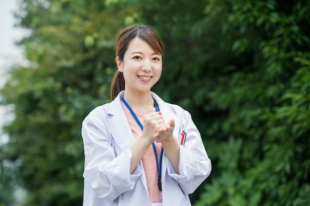 Lavoratore sanitario asiatico femminile in camice