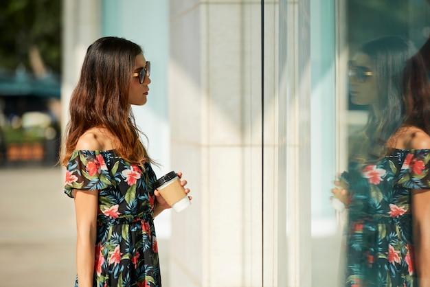 Negozio moderno vicino femminile asiatico