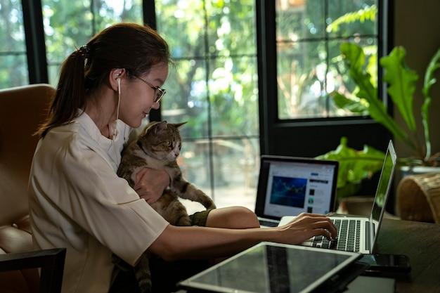 Femmina asiatica che lavora in linea da casa