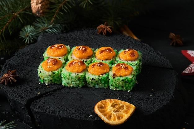 Consegna di cibo asiatico a domicilio, vari set di sushi in contenitori di plastica con salse, riso e bacchette.