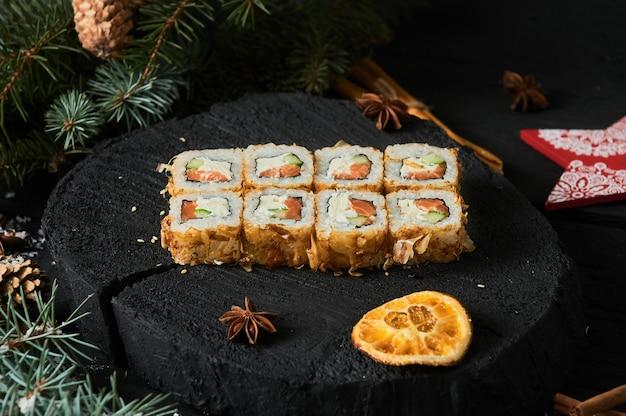 Consegna di cibo asiatico a casa, vari set di sushi in contenitori di plastica con salse