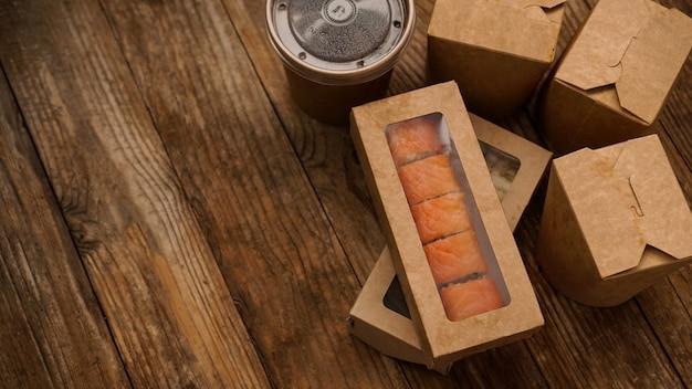 Consegna di cibo asiatico. packaging per sushi e wok