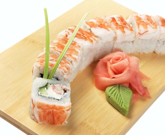 Sushi asiatici dell'alimento isolati su fondo bianco