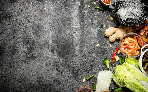 Cibo asiatico. una varietà di ingredienti per cucinare cibo asiatico su fondo rustico.