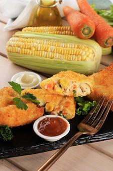 Cibo asiatico samsa vegetariano samosa a forma di triangolo con salsa di pomodoro e maionese