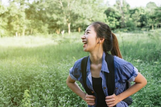 Zaino in spalla ragazza asiatica Foto Premium