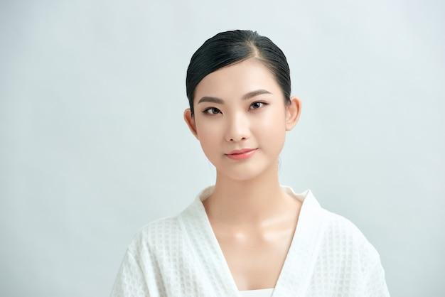 Ragazza asiatica bellezza viso cura della pelle e benessere, trattamento viso, pelle perfetta, trucco naturale