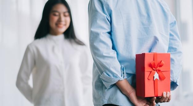 La ragazza asiatica si sente felice e sorpresa di ricevere regali dal suo ragazzo il giorno di san valentino