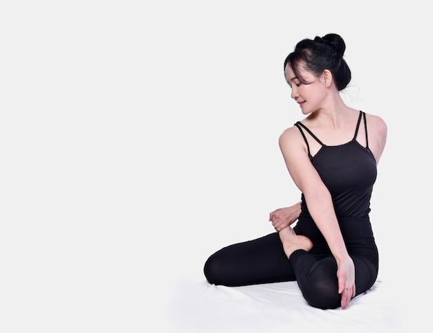 Pose asiatiche di yoga di manifestazione della ragazza