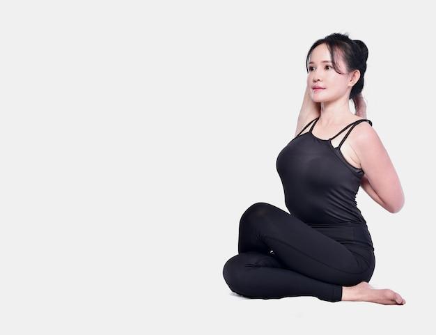 Yoga asiatica di manifestazione della ragazza