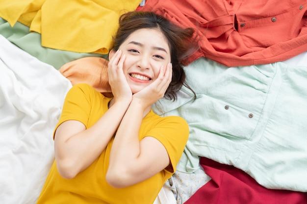 Ragazza asiatica bloccata nel suo pasticcio di vestiti