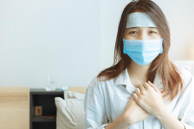 Ragazze adolescenti asiatiche infettate da coronavirus (covid-19). stare a casa.
