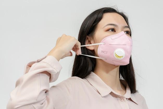 Ragazza asiatica che indossa una maschera facciale