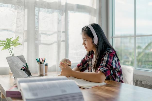 Le ragazze asiatiche studiano online a casa. a causa della situazione epidemica dell'epidemia di virus covid-19.