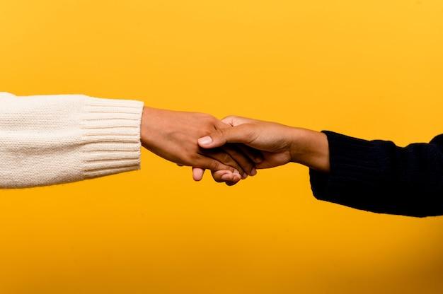 Ragazze asiatiche che si tengono per mano esprimendo sincerità e solidarietà l'una con l'altra. concetto di lavoro di squadra di fiducia reciproca