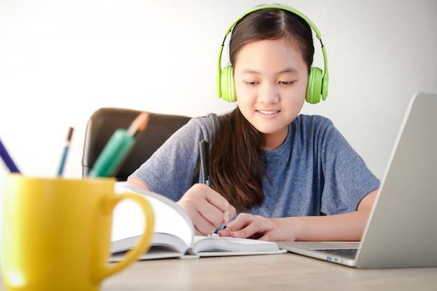 Ragazze asiatiche che studiano online da casa tramite videochiamata