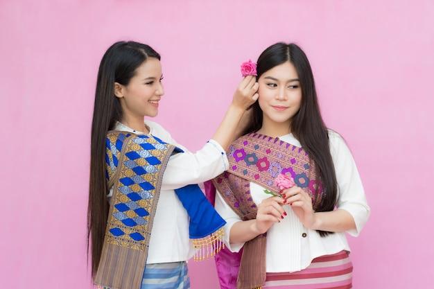 Ragazze asiatiche in abito tradizionale thailandese