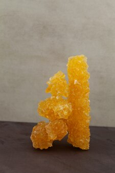 Zucchero d'uva asiatico nabat o primo piano navat servito con tè e usato come caramelle rocciose separate