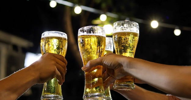 Gruppo asiatico di amici che hanno festa con bevande alcoliche