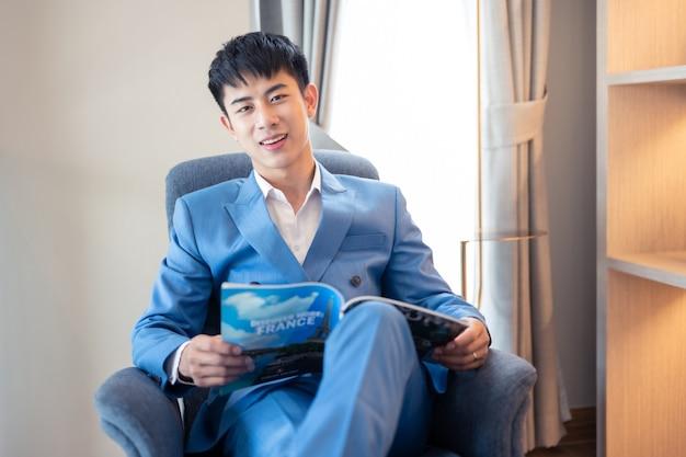 Uomo d'affari bello asiatico che sorride