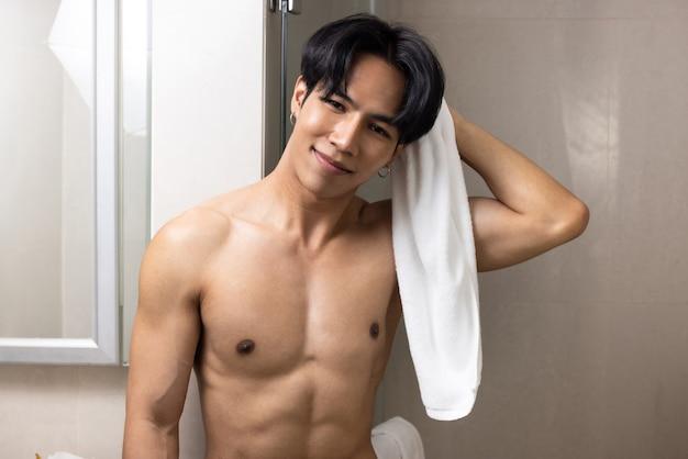 Un bell'uomo asiatico a torso nudo in camera
