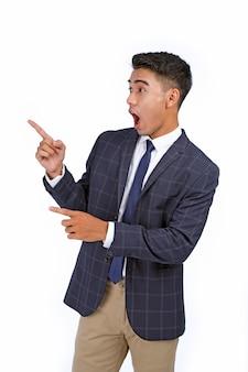 Uomo d'affari giovane bello asiatico che punta il dito
