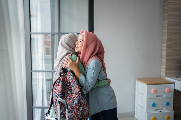 Le giovani donne asiatiche hijab sono felici di incontrarsi