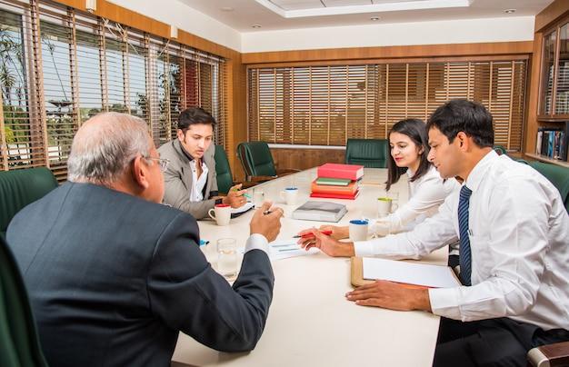 Uomini d'affari asiatici indiani o cultura aziendale e lavoro in ufficio concetto con laptop, documenti, riunioni, presentazioni e discussioni