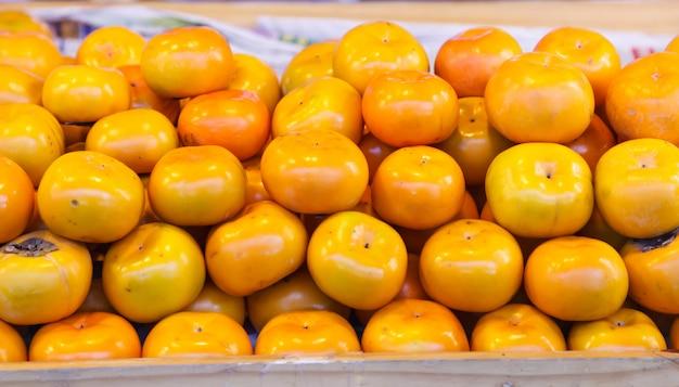I frutti di persimmon (persimon) asiatici o giapponesi sono dolcemente aromatizzati con una consistenza fibrosa morbida