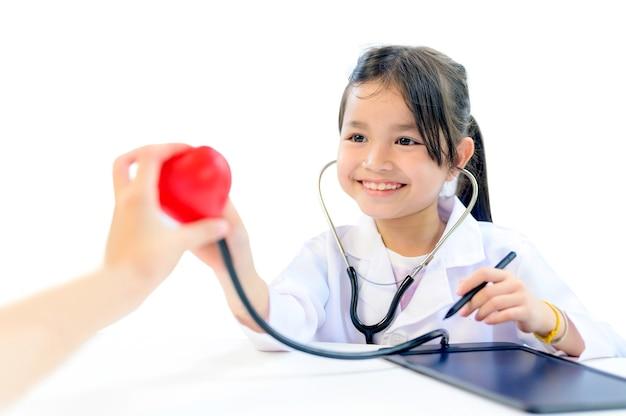 Bambino asiatico come medico e concetto di assistenza sanitaria. benessere e cura di sé. i bambini sognano un lavoro da grandi per aiutare le persone a fermare il coronavirus.