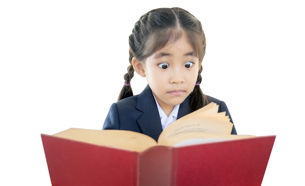 Azione scioccante del bambino asiatico durante la lettura del libro di testo dell'annata