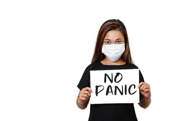 Signora asiatica in piedi senza testo di panico