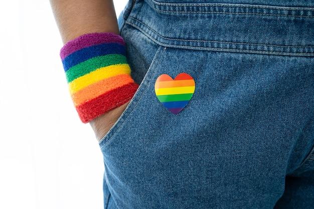 Signora asiatica che indossa braccialetti con bandiera arcobaleno simbolo del mese dell'orgoglio lgbt