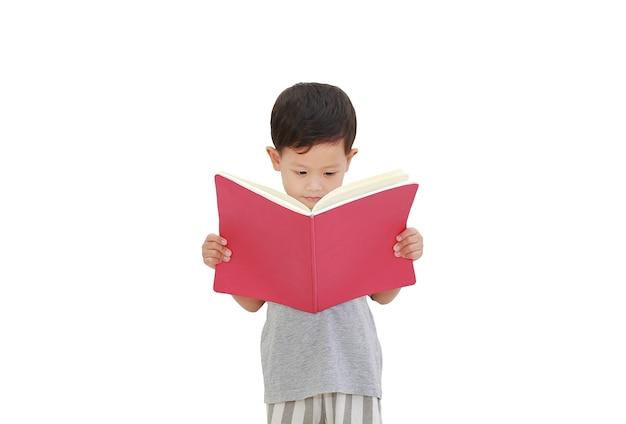 Piccolo neonato asiatico che legge un libro isolato