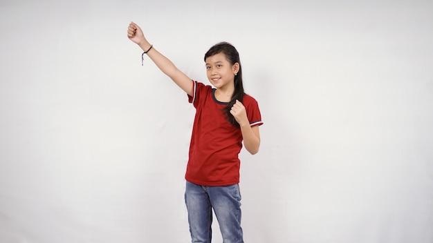 La bambina asiatica raggiunge il successo isolato su sfondo bianco