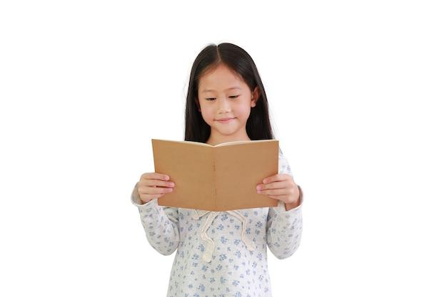 Bambina asiatica che legge un libro su sfondo bianco