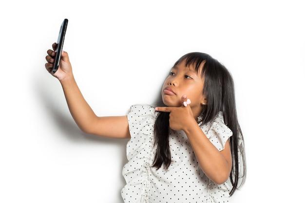 Bambina asiatica che fa selfie
