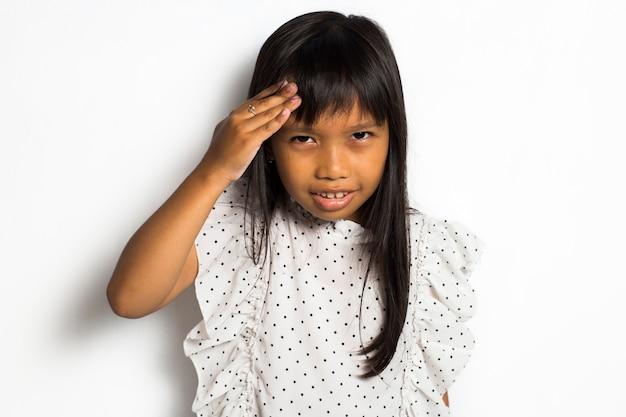 Bambina asiatica su sfondo bianco