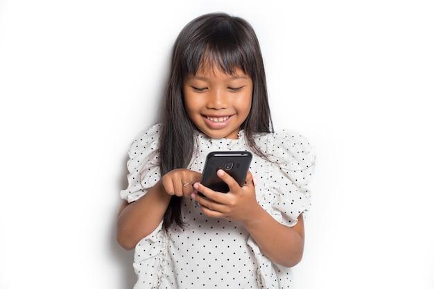 Bambina asiatica con uno smartphone