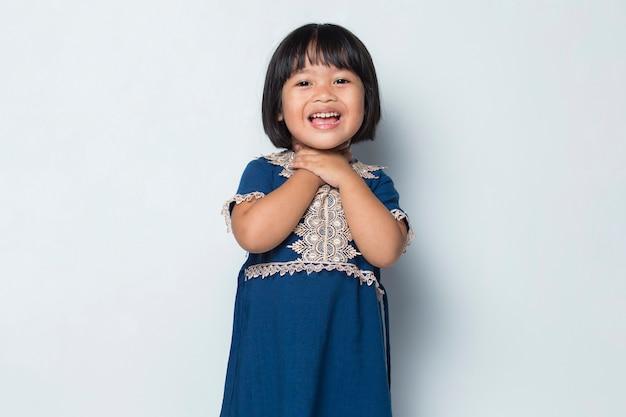 Bambina asiatica con mal di gola che ha dolore alla gola