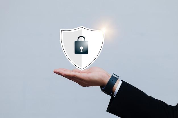 Gli uomini d'affari asiatici maschi con security lock cyber è una chiave sicura per la protezione del dispositivo carica i dati di backup sul cloud mantenere il database della privacy.