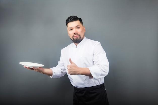 Un cuoco maschio asiatico
