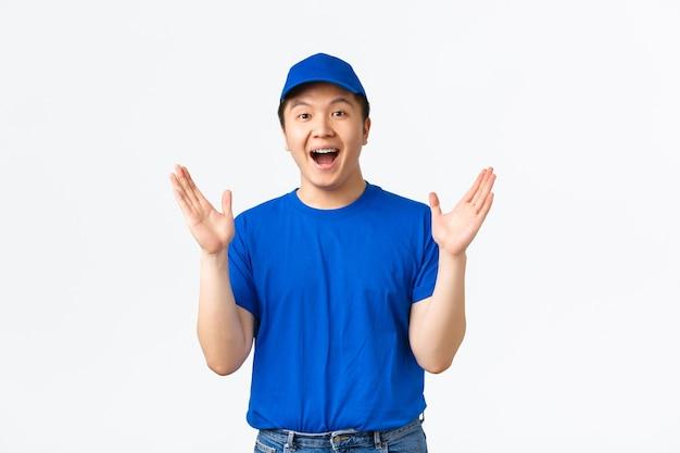 Corriere maschio asiatico in uniforme blu