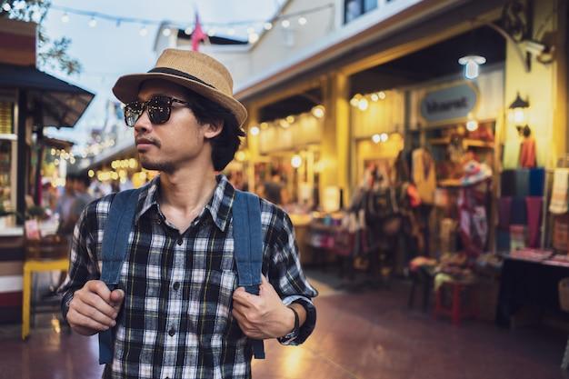 Turista asiatico del pacchetto della borsa dell'uomo nel viaggio in tailandia.