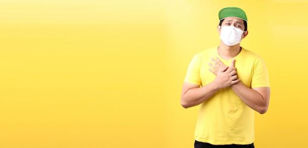 L'uomo asiatico sente dolore ai polmoni e indossa l'inquinamento da maschera protettiva o malattie infettive trasmissibili e coronavirus o concetto covid-19, assistenza sanitaria e malattia. in studio per gli annunci.