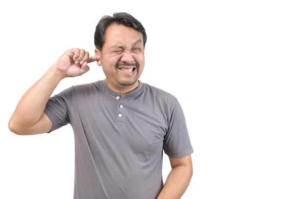 Uomo asiatico che sente dolore all'orecchio, assistenza sanitaria, infezione neurologica, otite pruriginosa isolata su sfondo bianco