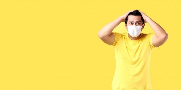 L'uomo asiatico si sente spaventato e indossa l'inquinamento da maschera protettiva o malattie infettive trasmissibili e coronavirus o covid-19. con spazio di copia.